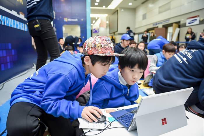 지난해 열린 소프트웨어교육 페스티벌에서 한국마이크로소프트가 학생들을 대상으로 코딩 교육을 진행하고 있다. 전자신문 DB