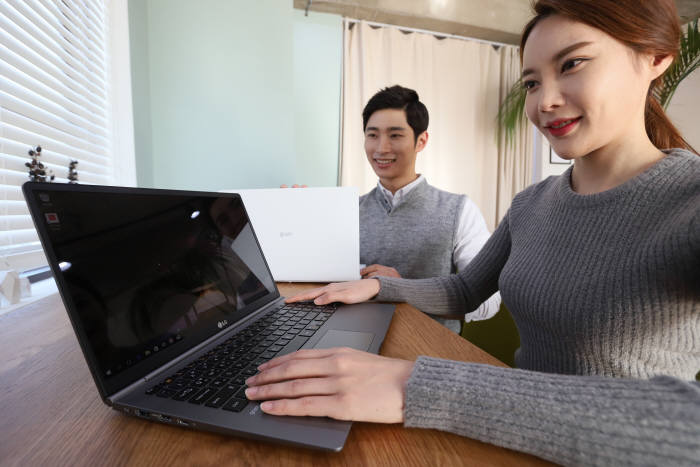 LG전자의 2018년형 'LG 그램'이 더욱 강력해진 모습으로 돌아왔다. 회사는 '사용 시간을 넘어 오래도록 쓸 수 있는 제품'을 전면에 내세우고 있다.