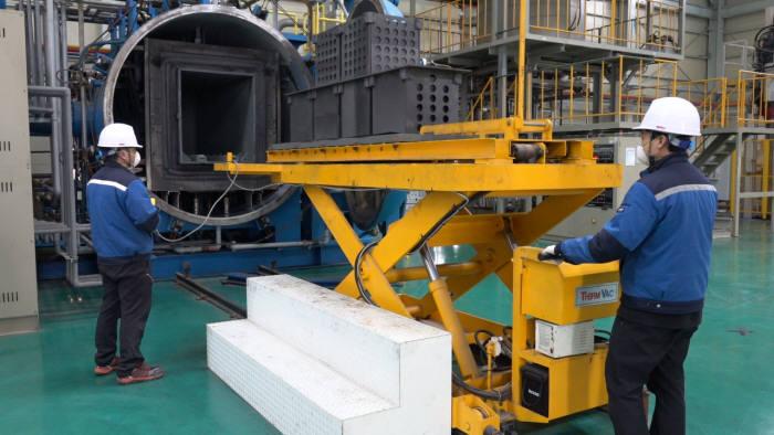 전남테크노파크 세라믹산업종합지원센터 연구원들이 세라믹 원료소재 시험생산을 위해장비를 가동하고 있다.