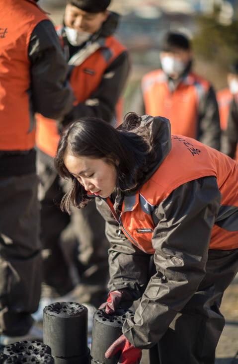 한국타이어 신입사원들이 연탄 배달 봉사 활동을 펼쳤다.