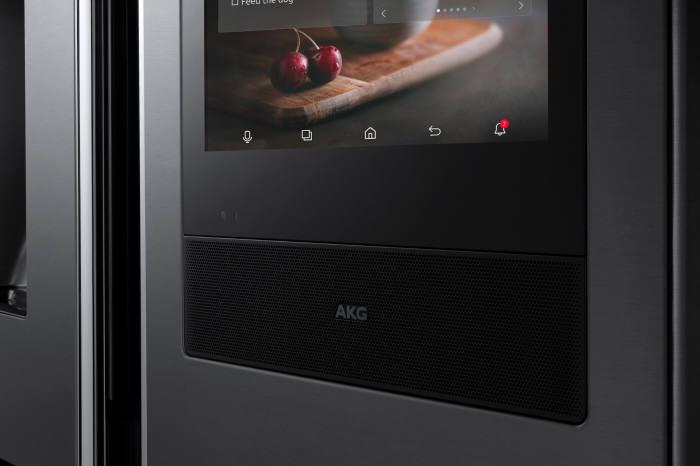 2018년형 패밀리허브 냉장고 디스플레이 하단에 탑재된 AKG 프리미엄 스피커 세부 이미지