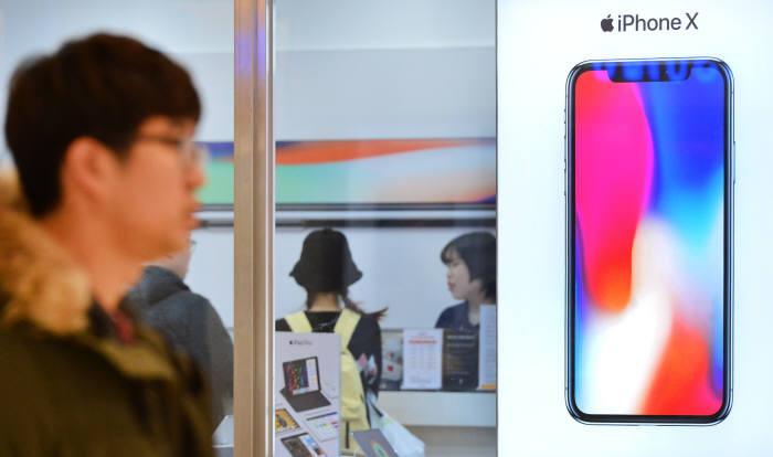 소비자가 애플 공인 리셀러(재판매) 매장에서 아이폰X 기능을 살펴보고 있다. 윤성혁기자 shyoon@etnews.com