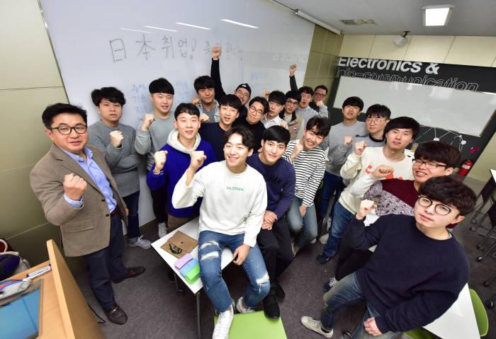 올해 일본 취업이 확정된 영진전문대 일본전자반도체반 2기 졸업예정자들.