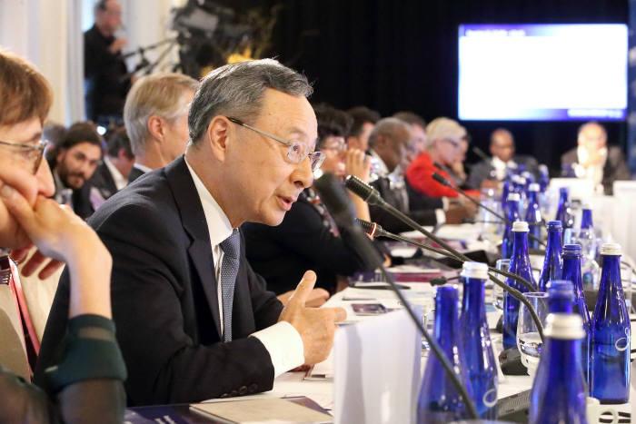황창규 KT 회장이 지난해 9월 미국 뉴욕에서 열린 UN 브로드밴드위원회 정기총회에 참석해 이동통신 로밍데이터를 활용한 감염병 확산방지 워킹그룹 구성을 제안하고 있다.