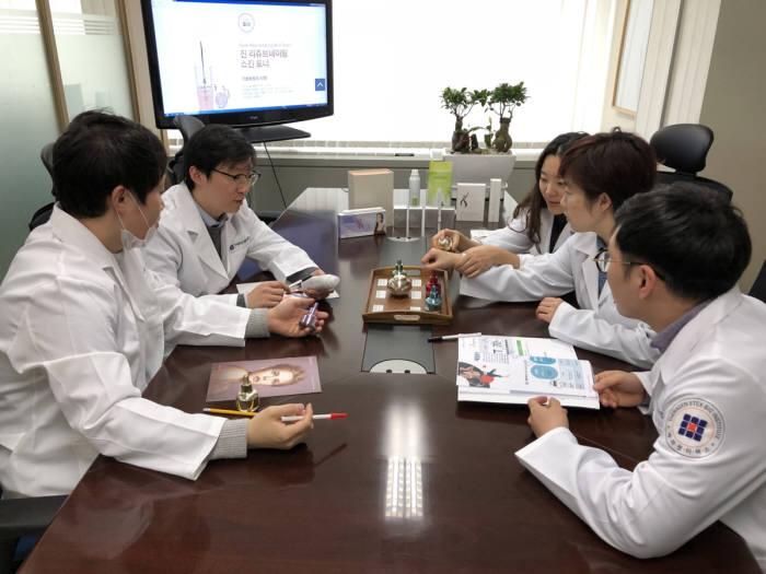 테라젠이텍스바이오연구소 연구원들이 유전자 검사 기반 맞춤형 화장품을 테스트하고 있다.(자료: 테라젠이텍스바이오연구소)