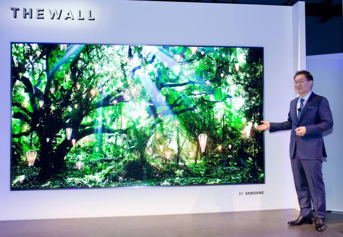 한종희 삼성전자 영상디스플레이사업부장 사장이 '삼성 퍼스트 룩 2018' 행사에서 마이크로LED 기술로 만든 146형 세계최초 모듈러 TV '더 월'을 소개하고 있다.