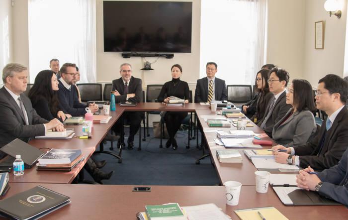 5일(현지시간) 미국 워싱턴D.C. 미국 무역대표부(USTR) 회의실에서 열린 '한미 FTA 제1차 개정협상'에서 양국 대표단이 마주하고 있다.