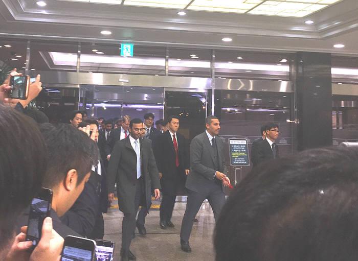 칼둔 청장(사진 앞줄 오른쪽)이 8일 정세균 국회 의장을 예방하기 위해 국회로 들어서는 모습.