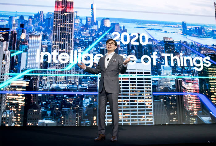 김현석 삼성전자 CE 부문장 사장이 기기간 연결성을 넘어 지능화된 서비스를 구현하겠다는 'Intelligence of Things' 비전을 발표하고 있다.