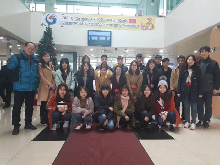 영남이공대학교 학생생활관 로비에서 유학생과 관계자들이 기념촬영하고 있다.