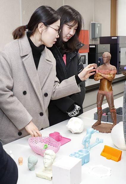 영남대 학생들이 메이커스랩에서 3D프린팅 출력물을 살펴보고 있다.