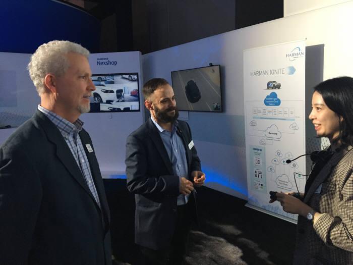 삼성SDS 직원이 2018년 CES 기간에 라스베이거스에서 개최된 하만 쇼케이스에서 하만과 공동 마케팅에 나선 리테일 솔루션 넥스샵을 소개하고 있다.