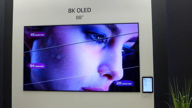 LG디스플레이가 CES 2018 개막을 앞둔 8일(현지시간) 라스베이거스컨벤션센터에 마련한 고객사 특별 전시관에 8K 초고해상도 88인치 OLED TV 패널을 공개했다. (사진=전자신문)