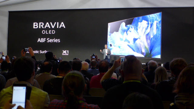 소니는 8일(현지시간) 미국 라스베이거스 컨벤션센터에서 글로벌 기자 간담회를 열고 어쿠스틱 서피스 기술 기반의 4K OLED TV 신제품 A8F 시리즈와 4K LCD TV X900F 시리즈를 공개했다. 히라이 가즈오 소니 CEO가 신제품을 소개하고 있다. (사진=전자신문)