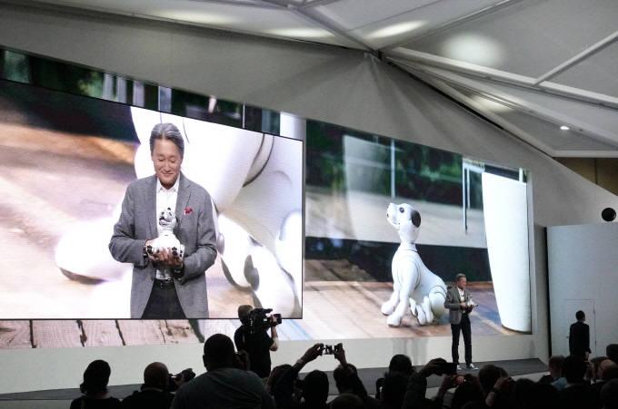 히라이 가즈오 소니 CEO가 인공지능 로봇 '아이보'를 소개하고 있다. (사진=소니)