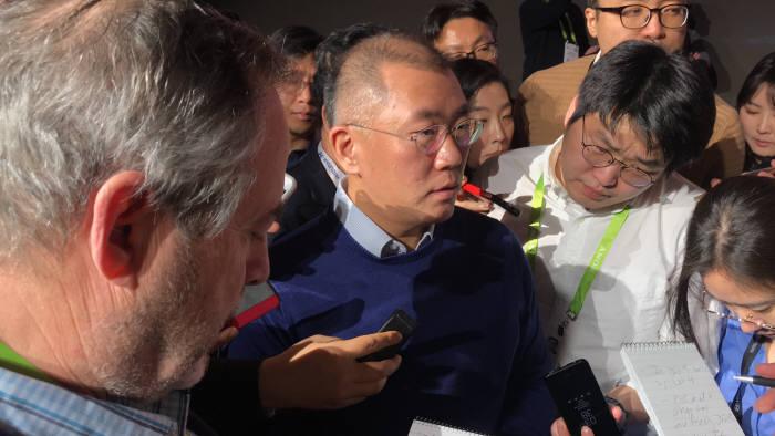 정의선 현대차 부회장이 'CES 2018' 컨퍼런서를 마치고 국내·외 기자들 질문에 응답하고 있다. 류종은 기자 rje312@etnews.com