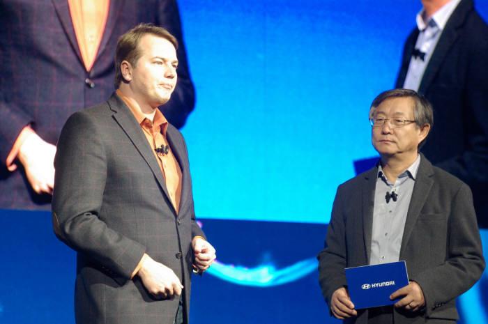 (왼쪽부터)크리스 엄슨 오로라 CEO와 양웅철 현대차 연구개발총괄 부회장이 자율주행 협력에 대해 설명하고 있다. 류종은 기자 rje312@etnews.com