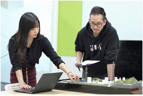 NSHC 임직원들이 산업제어 시스템 모형을 통해 연구를 하고 있다.