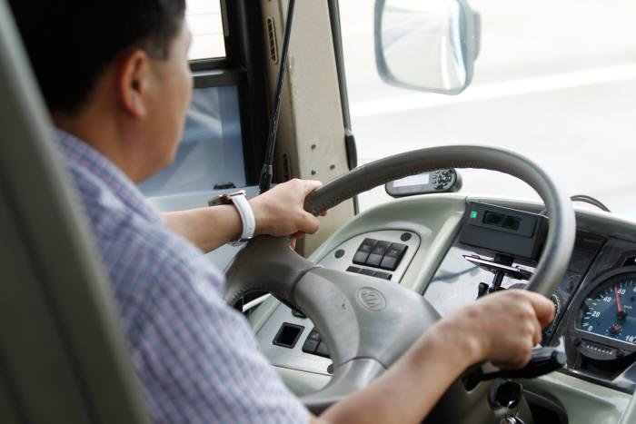 지난해 6월, 공단 자동차안전연구원에서 열린 '버스 졸음운전 경고 장치 기능 시연회'에서 경고장치(밴드)를 손목에 착용한 운전자가 위험상황을 재연하고 있다. 위험이 감지되면 운전자가 착용한 밴드에 강한 진동이 발생한다. 제공=한국교통안전공단