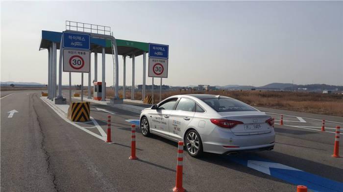 자율주행차가 하이패스로 요금소를 통과하는 것을 시험하는 환경.