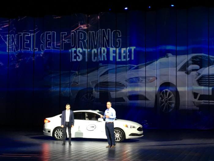 암논 샤슈아 모빌아이 CEO(왼쪽)와 브라이언 크러재니치 인텔 CEO(오른쪽)가 미국 라스베이거스에서 열린 8일(현지시간) 열린 CES 2018 사전행사 기조연설자로 나와 자율주행차 기술을 소개했다.
