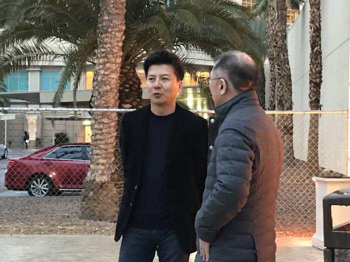 정의선 현대차 부회장(오른쪽)이 미국 라스베이거스에서 8일(현지시간) CES 2018 기자간담회 직후 배우 손지창(왼쪽)씨와 만나 이야기를 나눴다.