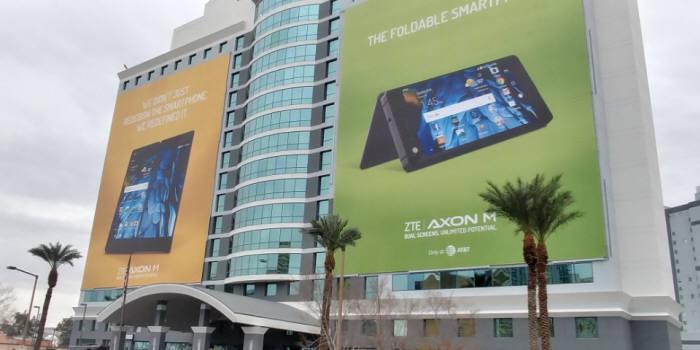 미국 라스베이거스 CES 2018 전시장 인근 호텔에 ZTE 폴더블 스마트폰 '액손M'을 알리는 대형 현수막이 설치됐다.