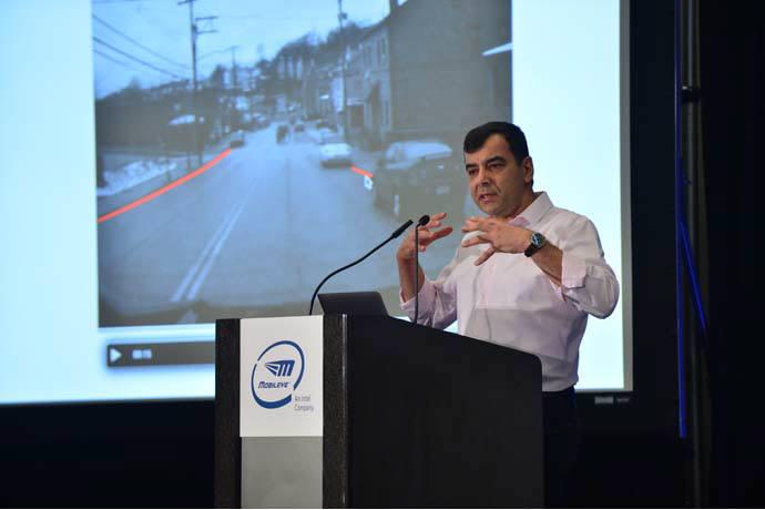 암논 샤슈아 모빌아이 최고경영자(CEO)는 9일(현지시간) CES 2018 전시회가 열린 라스베이거스컨벤션센터(LVCC)에서 기자회견을 갖고 데이터 수집, 분석 기술로 자율주행 시대를 앞당길 수 있다고 말했다.
