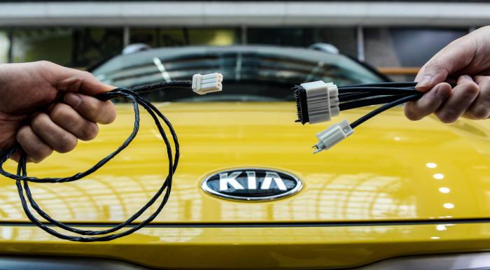 기아차에 탑재되는 구 CAN 캐이블(좌) 신 이더넷 캐이블 비교 (제공=기아자동차)