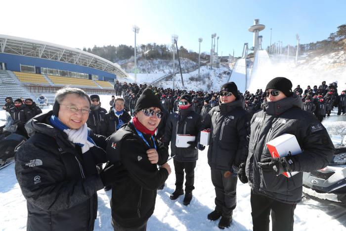 황창규 KT 회장이 강원도 평창을 방문해 KT, 그룹사, 협력사 임직원 900여명에게 방한 효과가 높은 발열조끼를 전달하고 노고를 격려했다.