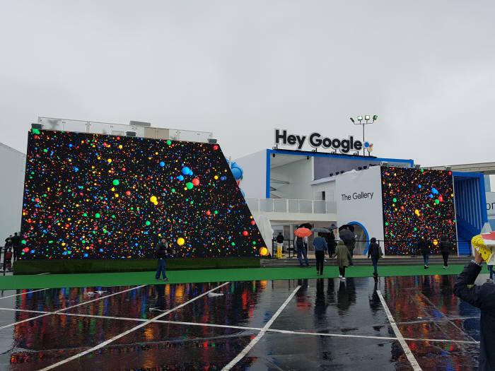 구글이 CES 2018에 처음으로 전시부스를 마련했다. 폭우로 오픈이 10일(현지시간)로 연기되면서 많은 관람객이 발길을 돌렸다.