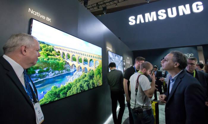 세계 최대 전자 전시회 CES 2018가 개막한 9일(현지시간) 미국 라스베이거스 컨벤션센터(LVCC)의 삼성전자 부스에서 한 관람객이 8K QLED TV의 선명한 화질을 몰입해서 감상하고 있다.