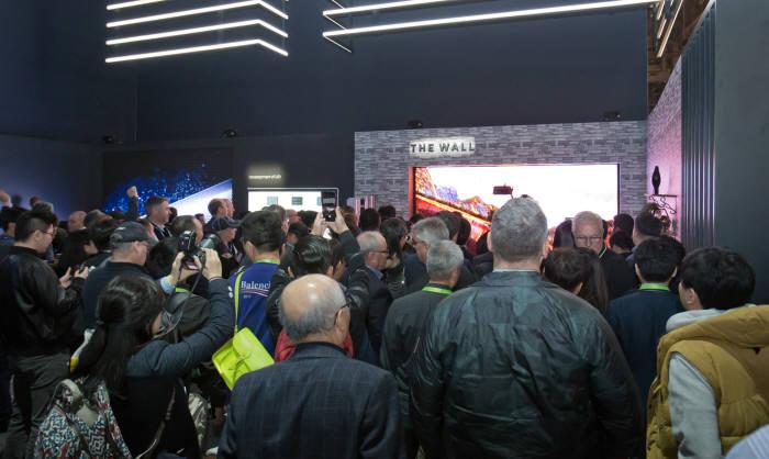 세계 최대 전자 전시회 CES 2018가 개막한 9일(현지시간) 미국 라스베이거스 컨벤션센터(LVCC)의 삼성전자 부스에서 관람객들이 마이크로 LED 기술로 만들어진 세계 최초 모듈러 TV '더 월(The Wall)'을 살펴보고 있다.