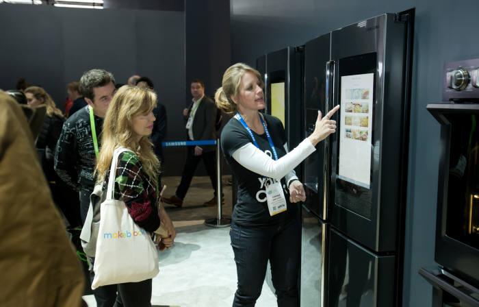 세계 최대 전자 전시회 CES 2018가 개막한 9일(현지시간) 미국 라스베이거스 컨벤션센터(LVCC)의 삼성전자 부스에서 관람객들이 AI와 IoT 기능이 접목된 '패밀리허브' 냉장고를 살펴보고 있다.