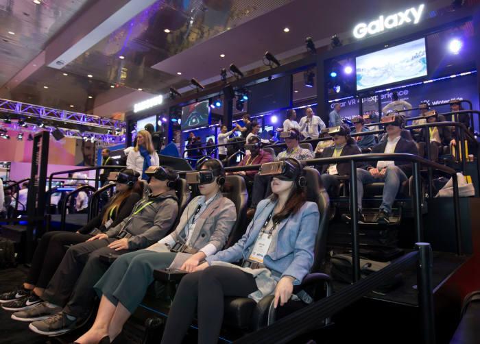 세계 최대 전자 전시회 CES 2018가 개막한 9일(현지시간) 미국 라스베이거스 컨벤션센터(LVCC)의 삼성전자 부스에서 관람객들이 기어 VR을 착용하고 4D 가상현실 체험을 하고 있다.