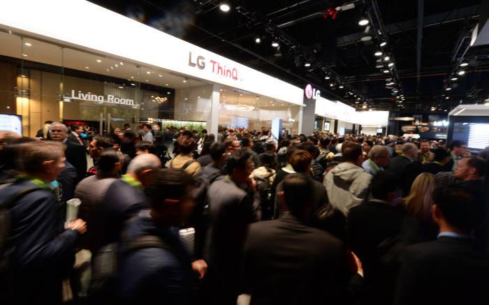 LG전자가 현지시간 9일 미국 라스베이거스에서 개막한 CES 2018에서 LG전자의 인공지능 제품, 서비스를 아우르는 브랜드인 'LG 씽큐(ThinQ)' 전시존을 구성해 인공지능 선도 이미지를 강화한다. LG전자는 LG 씽큐 존을 관람객들이 LG 인공지능 제품들과 함께 하는 일상 생활을 직접 체험할 수 있도록 꾸몄다. LG전자가 마련한 'LG 씽큐' 전시 공간에 관람객들이 운집해 있다.