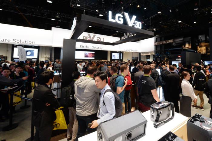 LG전자가 현지시간 9일부터 미국 라스베이거스에서 개막한 'CES 2018'에서 전략 프리미엄 스마트폰 LG V30 전시존을 구성했다. LG V30는 얇고 가벼운 디자인과 매력적인 색상, 손쉽게 쓸 수 있는 전문가급 광각 듀얼 카메라, 스마트폰 최강 쿼드덱 사운드 등을 갖췄다. LG전자 부스를 방문한 관람객들이 LG V30를 살펴보고 있다.