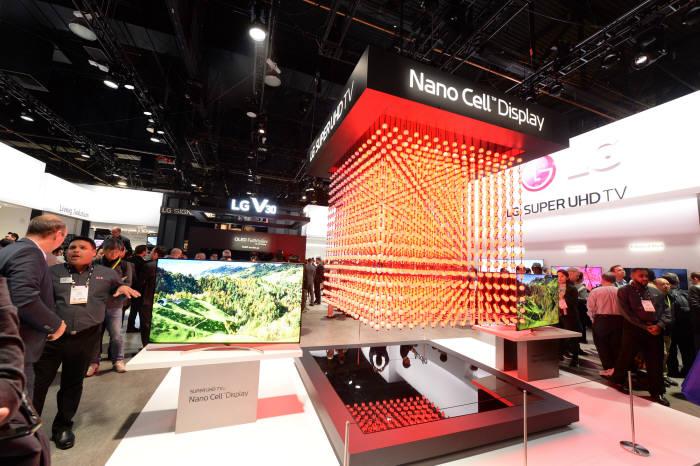LG전자가 현지시간 9일부터 미국 라스베이거스에서 개막한 'CES 2018'에서 LG 슈퍼 울트라HD TV를 공개했다. 이 제품은 나노셀(Nano Cell) 기술에 '풀어레이 로컬디밍(Full Array Local Dimming)' 기술을 더했다. '나노셀'은 약 1나노미터(nm) 크기 미세 분자구로를 활용해 보다 많은 색을 한층 정확하게 표현한다. 풀 어레이 로컬디밍 기술은 명암비와 빛 번짐을 개선한다. LG전자 부스를 찾은 관람객들이 LG 슈퍼 울트라HD TV를 살펴보고 있다.