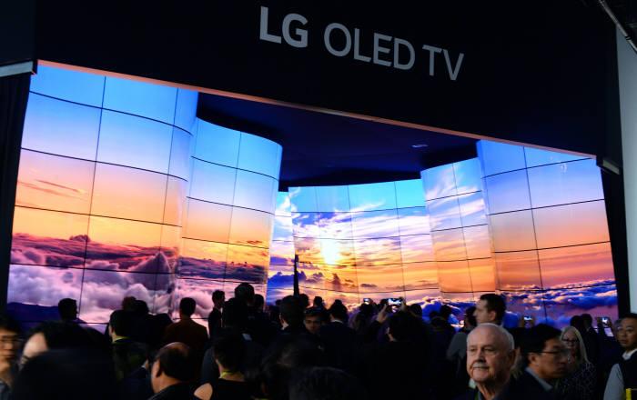 LG전자가 현지시간 9일부터 미국 라스베이거스에서 개막한 'CES 2018'에서 전시장 입구에 55형 올레드 246장을 이용해 LG 올레드 협곡을 설치했다. 약 20억 개 자발광 화소로 자연의 경이로움을 표현했다. LG전자 부스를 찾은 관람객들이 LG 올레드 협곡을 감상하고 있다.