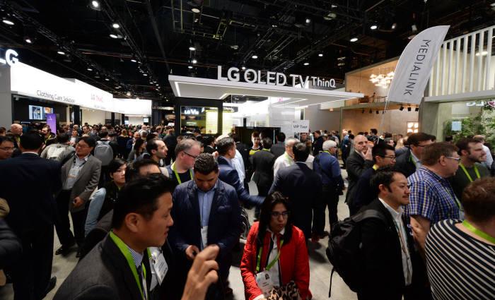 LG전자가 현지시간 9일부터 미국 라스베이거스에서 개막한 'CES 2018'에서 LG AI 올레드 TV를 공개했다. 이 제품은 LG전자 독자 인공지능 플랫폼인 딥씽큐(Deep ThinQ)와 구글의 인공지능 비서 구글 어시스턴트(Google Assistant)를 탑재했다. 사용자는 자연어 음성인식 기능을 활용해 TV 기능을 손쉽게 이용할 수 있다. LG AI 올레드 TV 부스가 관람객들로 붐비고 있다.