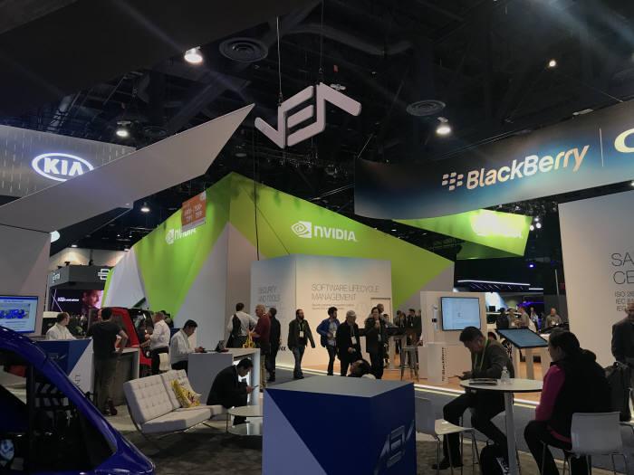 CES 2018은 전자를 넘어 자동차와 반도체까지 다양한 기업의 전시가 이뤄졌다. 컨벤션센터 노스홀에 기아자동차와 엔비디아, 블랙베리 등이 부스를 마련했다.