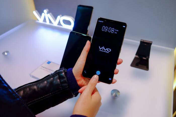 미국 정보기술(IT) 전문매체 더버지는 비보가 CES 2018에서 디스플레이 내장형 지문인식 기능을 탑재한 스마트폰을 선보였다고 보도했다.
