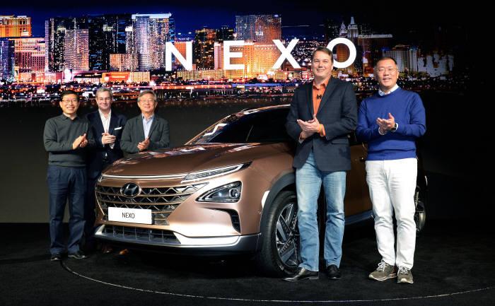 (왼쪽부터) 현대차 환경기술센터장 이기상 전무, 현대디자인센터장 루크 동커볼케(Luc Donckerwolke) 부사장, 현대기아차 연구개발총괄담당 양웅철 부회장, 오로라 크리스 엄슨(Chris Urmson) CEO, 현대차 정의선 부회장이 수소전기차 넥소(NEXO)를 배경으로 기념촬영을 하고 있는 모습. (제공=현대자동차)