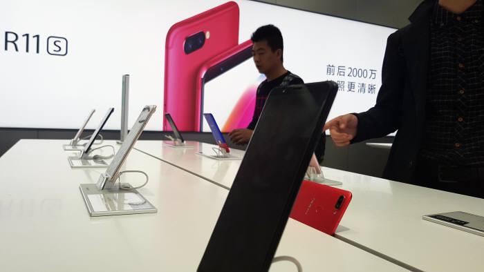 중국 상하이에 위치한 오포 스마트폰 매장.