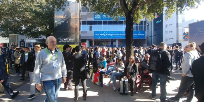 10일(현지시간) 미국 라스베이거스에서 열린 'CES 2018' 행사장에서 정전으로 관람객이 전시장에 입장하지 못하고 외부에서 기다리고 있다.