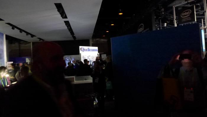 CES 2018이 열린 미국 라스베이거스 컨벤션센터에 오전 11시 12분경(한국시각 오전 4시 12분) 정전이 발생했다. 어두운 전시장에서 관람객들이 스마트폰 불빛을 이용해 이동하고 있다. (사진=전자신문)