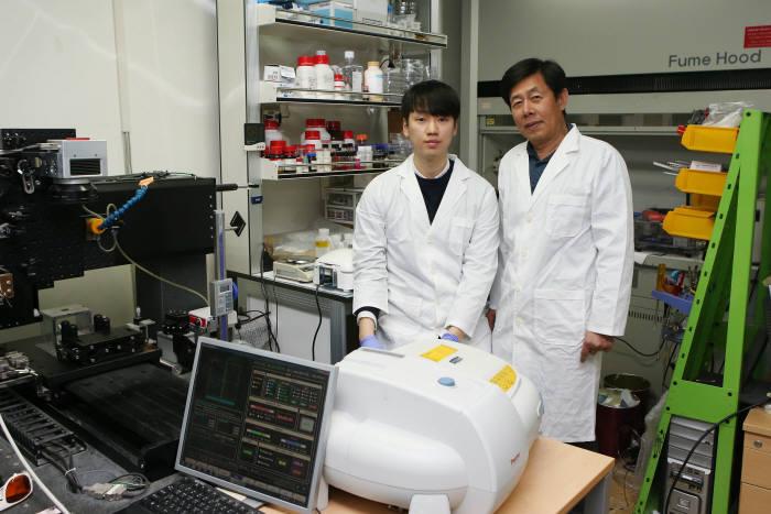 양민양 KAIST 기계공학과 교수(사진 오른쪽), 관련 논문 1저자인 이재학 박사(왼쪽)