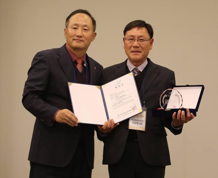 오창렬 전남정보문화산업진흥원장(오른쪽)이 박성규 한국어뮤즈먼트산업협회장.