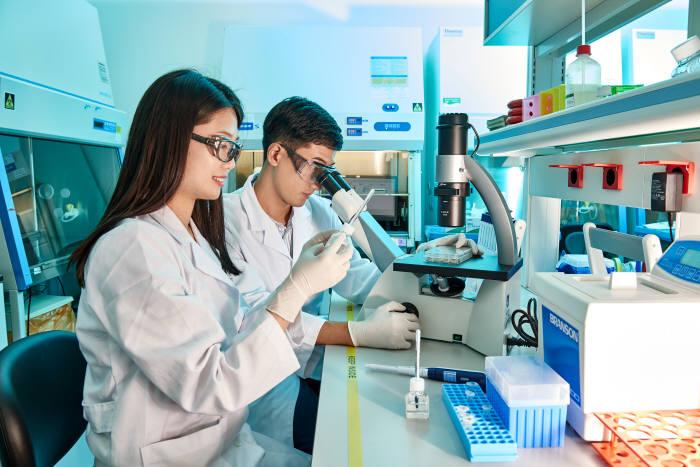 삼성바이오로직스 연구원들이 품질 점검을 하고 있다.