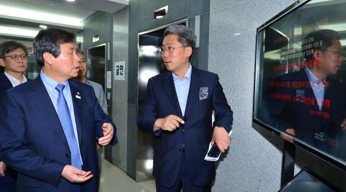 도종환 문화체육관광부 장관(맨 오른쪽)이 2017년 6월 경기도 성남시 분당구 글로벌게임허브센터를 방문했다.